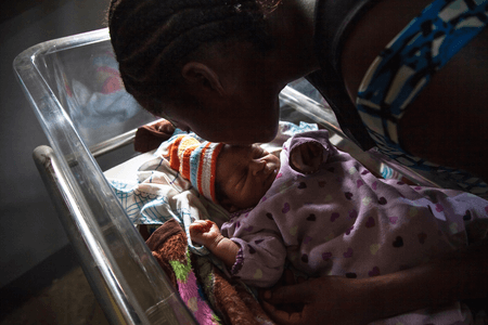 Akosusu Siska kisses her one day old baby, Reagen, in the UNICEF-supported Jules Chevalier clinic in Mbandaka, Équateur Province, the Democratic Republic of the Congo (DRC). © UNICEF/UN0328794/Naftalin